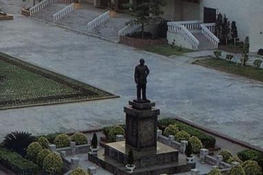 """蒋介石铜像遭泼漆 被威胁""""不移走就砍头"""""""