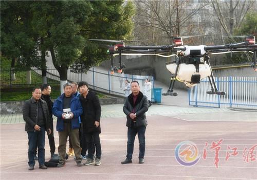 农民学习操作无人机 100名种粮大户参加培训