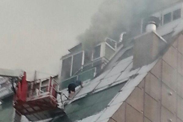 韩运动中心起火致29死 一男子浓烟滚滚中跳窗逃生