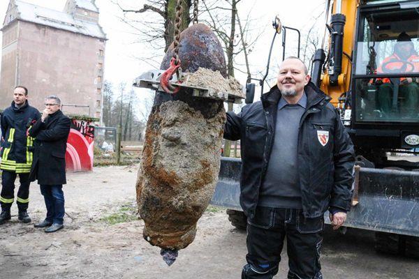 德国小城惊现二战遗留炸弹 警方封锁周边将其拆除