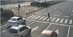 惊险一幕! 监拍男子从两车缝隙中逃生