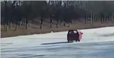 刺激!65岁残疾大爷开着三轮车 在结冰河面玩漂移