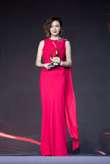 关之琳获跨界人物大奖 华丽转身美丽依旧