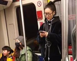 刘雯素颜坐地铁