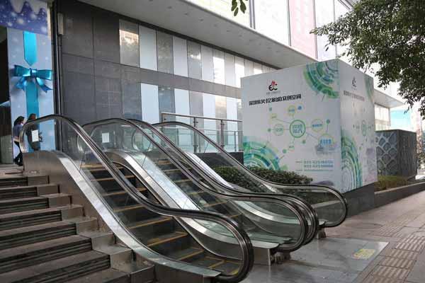 """重庆现""""最迷你电梯""""只有八步梯坎 无人使用"""