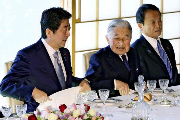 日本明仁天皇宴请内阁成员
