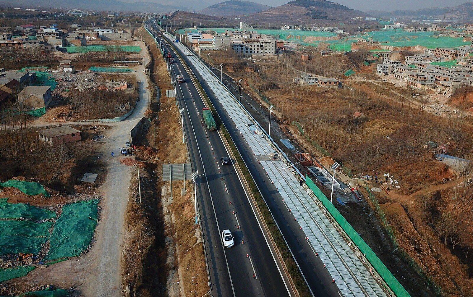 能充电还能融雪!外媒关注中国首条光伏高速公路