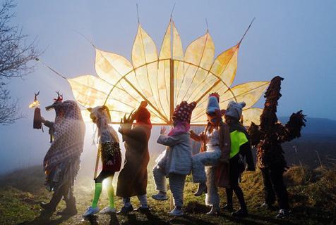 英国异教徒着传统服饰喜迎冬至