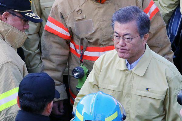 韩总统文在寅亲赴火灾现场 慰问消防官兵