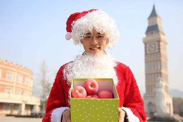 """暖心!准空少装扮成圣诞老人""""表白""""宿管阿姨"""