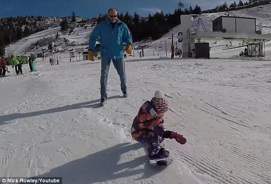 1岁女孩滑雪堪比职业选手 与父母击掌萌态十足