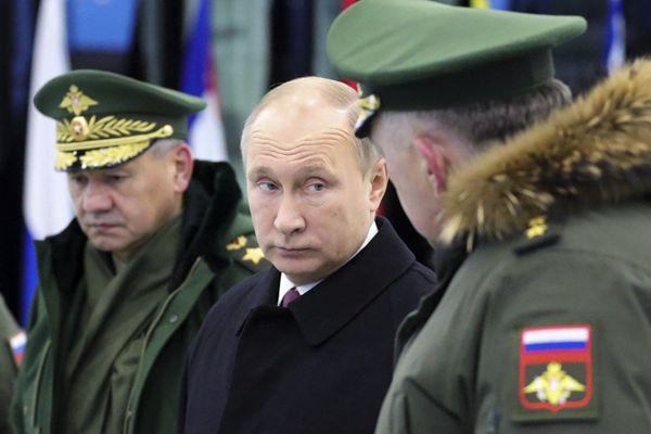 俄罗斯总统普京参观军事学院 额头三道抬头纹抢眼
