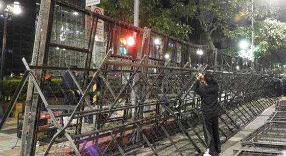 """台劳团23日再发起万人游行 台""""立法院""""外筑拒马墙防备"""