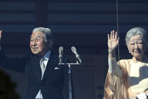 日本明仁天皇现身庆祝84岁生日 向民众挥手致意