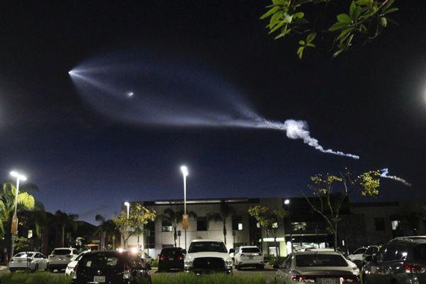 """外星人入侵?SpaceX""""猎鹰9号""""发射后酷炫轨迹引恐慌"""