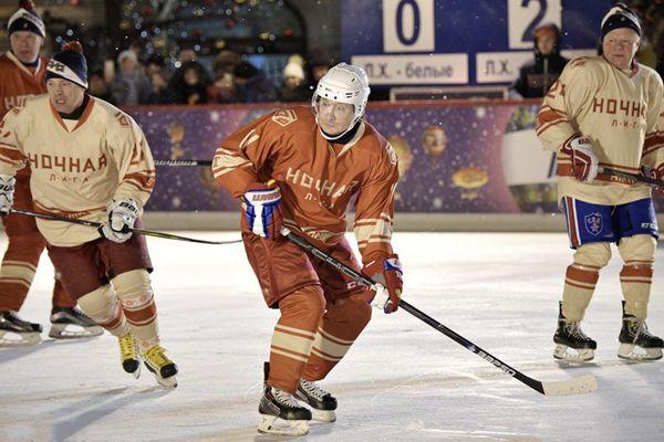 普京现身参加冰球比赛 身姿矫健风采飞扬