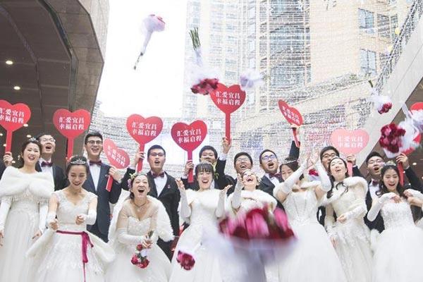22对新人在工地上举行集体婚礼