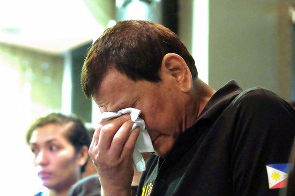 菲律宾一商场起火燃烧13小时 总统落泪
