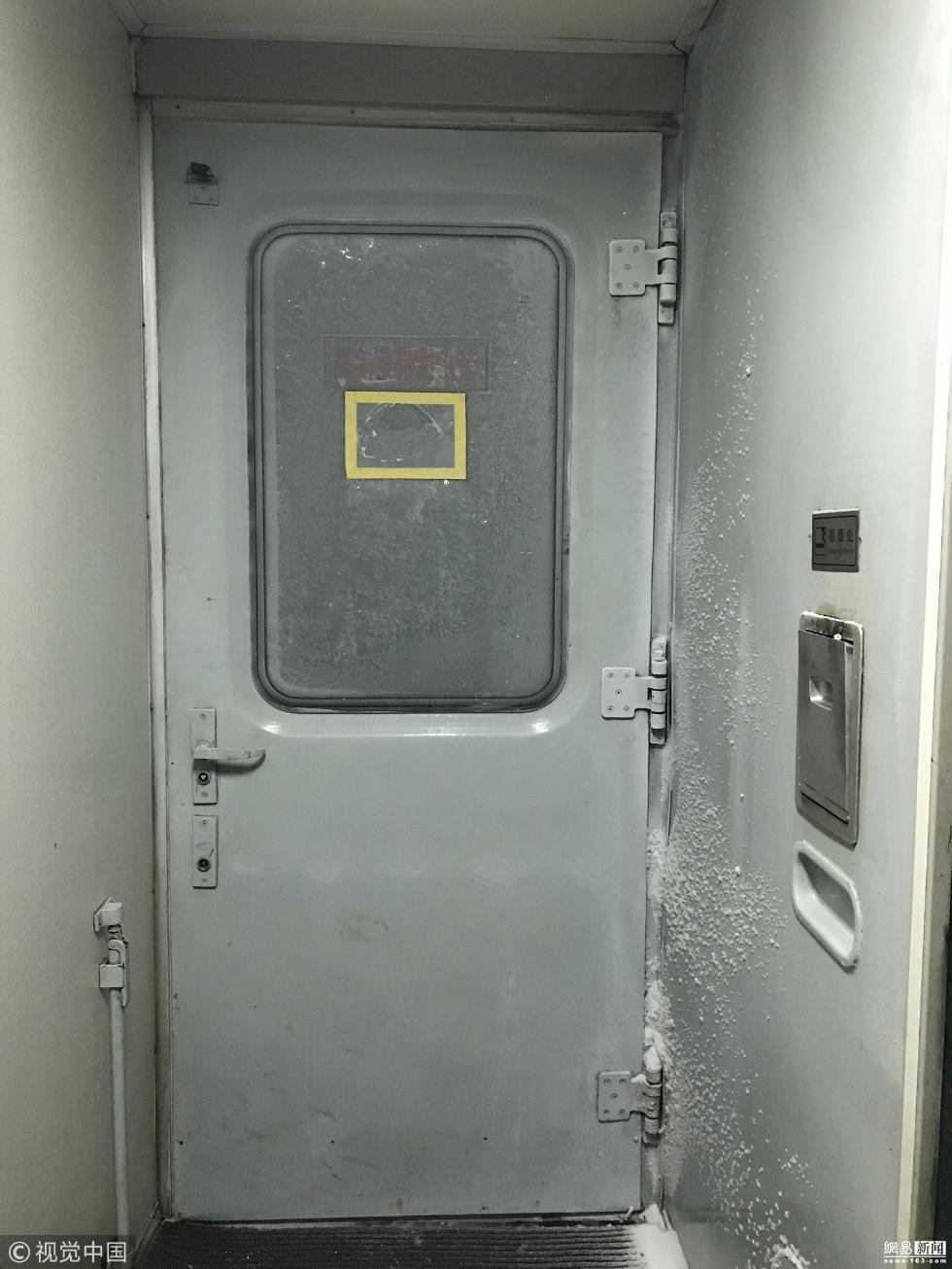 火车窗户上贴塑料布防漏风