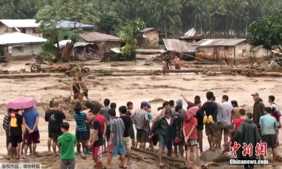 社交网络上的图片显示,在菲律宾北拉瑙省,洪水滚滚而过,人们用绳索解救被困住的居民。
