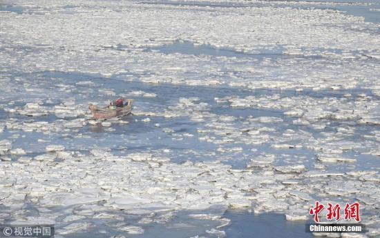 12月17日,大连市夏家河子海滨浴场大面积结冰。 刘德斌 摄 图片来源:视觉中国