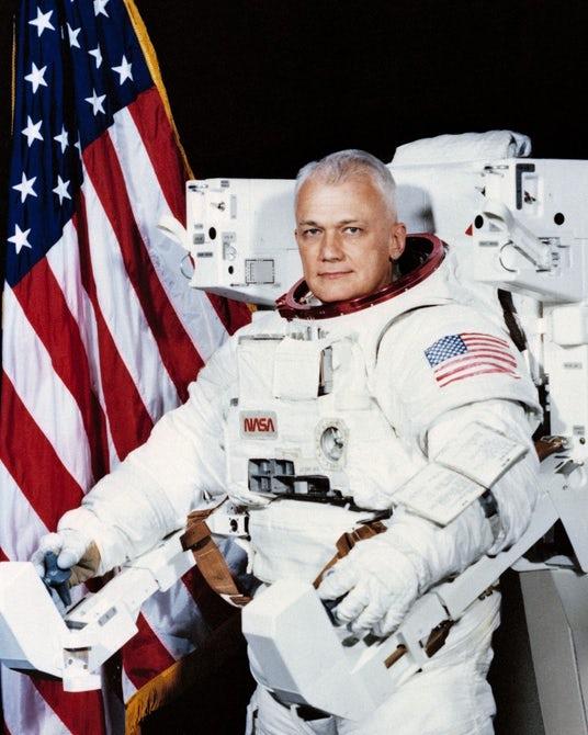 不系绳太空行走第一人去世 享年80岁 死因不详