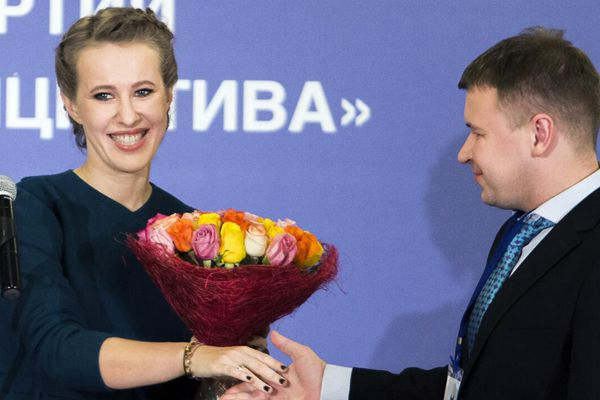 俄美女总统候选人参加活动 笑容满面颜值高