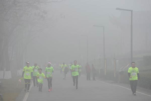 重庆雾气朦胧 4000多人在大雾中跑马拉松