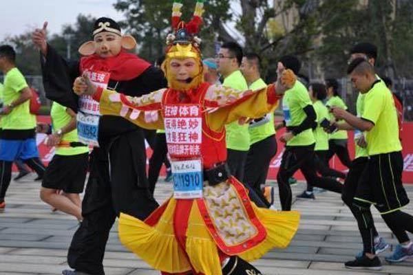 福州国际马拉松赛跑者个性装扮抢眼