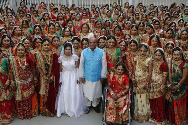 """印度""""国民干爹""""为251对新人举办集体婚礼"""