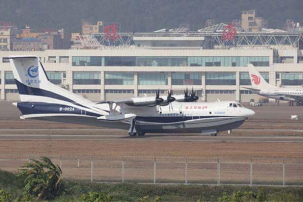 可灭火可救援 国产大型水陆两栖飞机鲲龙AG600首飞