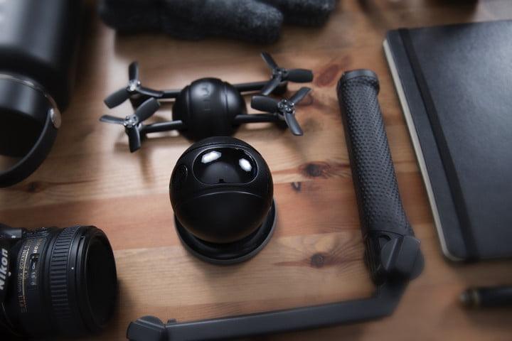 小小掌上无人机:兼作运动摄影机与安全保障系统