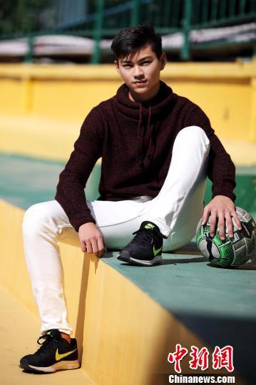 周德华在广州富力主场、广州越秀山体育场上 李建艺 摄