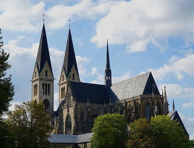Intel商用无人机Falcon 8+无人机 协助检测和评估德国大教堂
