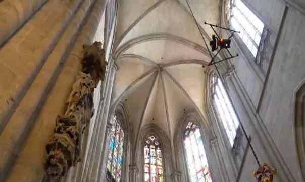 Intel无人机玩出花 维护德国大教堂