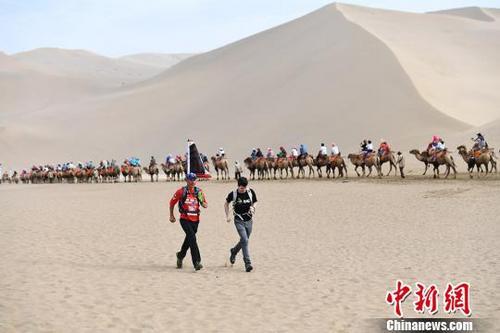中国侨网资料图:凯·马库斯·熊于2017年3月12日从德国汉堡出发,计划用9个月的时间,沿古丝绸之路路线,一直跑至中国上海。 杨艳敏 摄