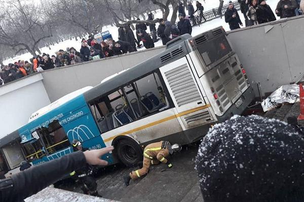 莫斯科一辆公交车开进地下通道 5死15伤