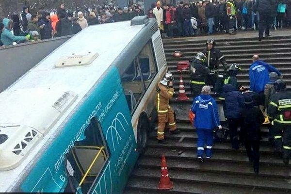 莫斯科一公共汽车撞向地下通道 造成5人死亡