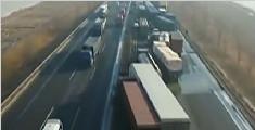 京哈高速辽宁段 30多辆车连环相撞