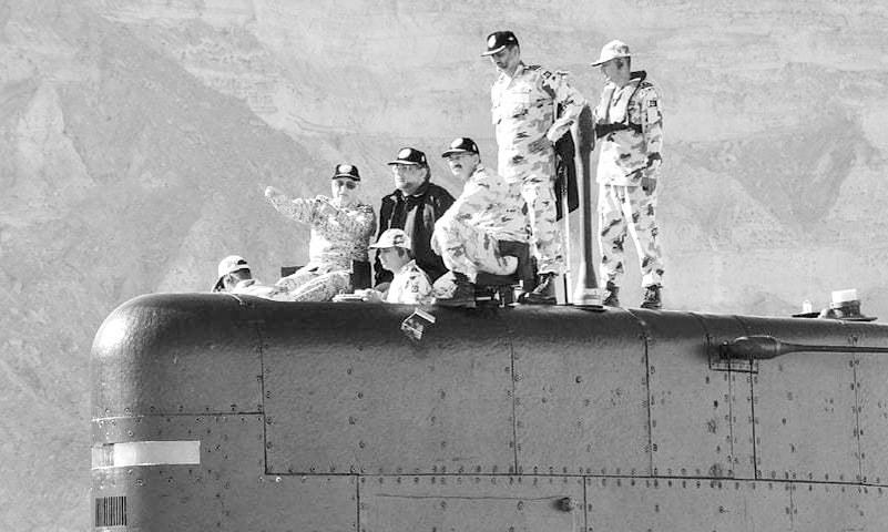 """""""巴铁""""总理登上潜艇,还发了个誓:保卫中巴经济走廊!"""