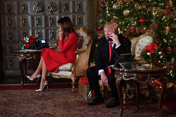 """特朗普携妻子梅拉尼娅平安夜""""追踪圣诞老人"""""""