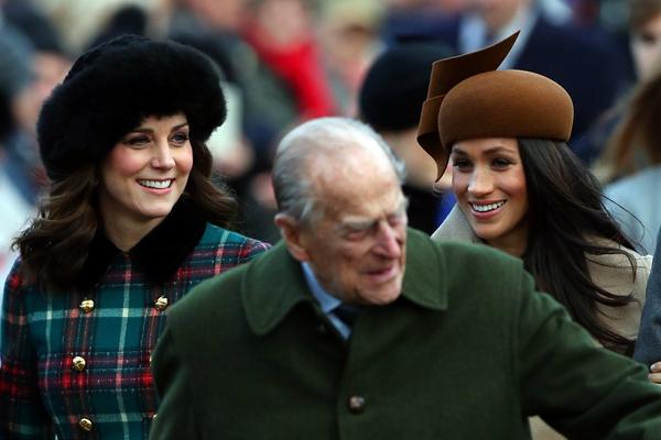 英皇室出席圣诞弥撒 准王妃与王妃同框比美