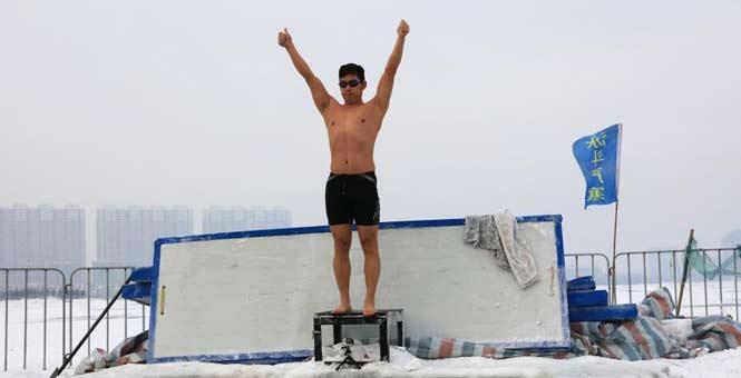 室外零下18℃ 大庆冬泳爱好者冰湖中挑战严寒