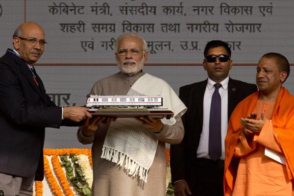 """印度总理莫迪出席地铁开通典礼 获赠列车模型一脸""""冷漠"""""""