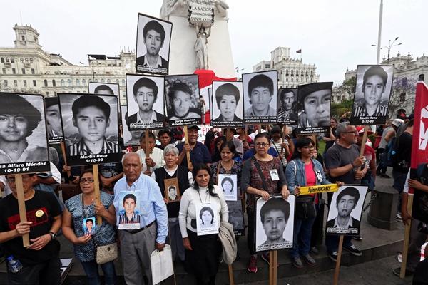 秘鲁前总统被赦免 民众举遇难者照片抗议
