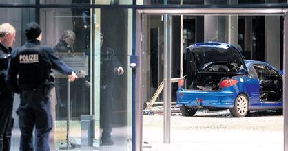 德男子平安夜驾车撞社民党大楼 警方排除恐袭可能