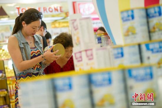 2017年12月1日起,特殊配方婴儿奶粉等187项消费品进口关税集中下调。骆云飞 摄