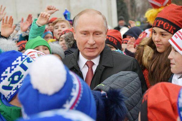 """俄克宫举办儿童圣诞活动 普京被小朋友们包围若""""孩子王"""""""