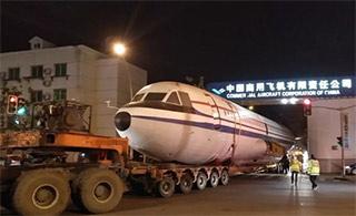 这款国产大飞机趁夜色穿过上海闹市