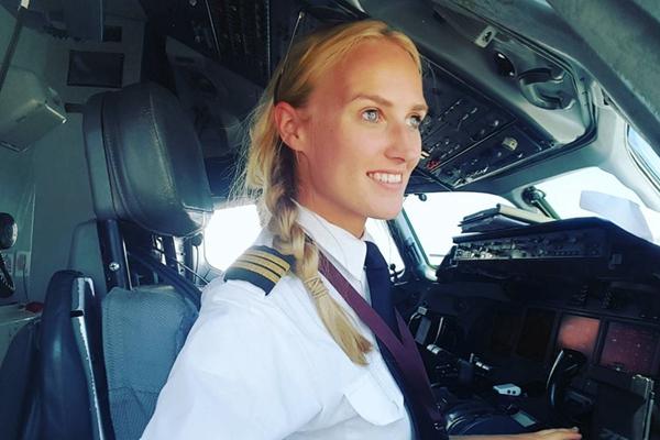 荷兰美女飞行员晒照走红 明媚笑容圈粉无数